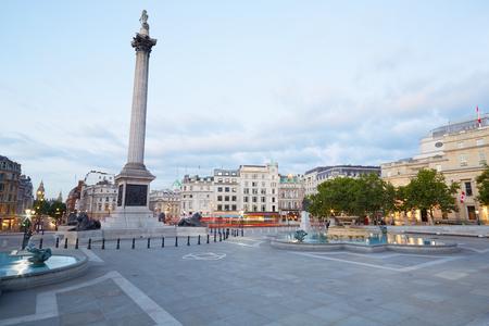 Photo pour Empty Trafalgar square, early morning in London - image libre de droit