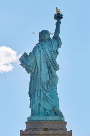 Foto de Statue of Liberty back view in New York in a sunny day - Imagen libre de derechos