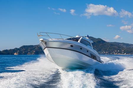 Photo pour motor boat jump - image libre de droit