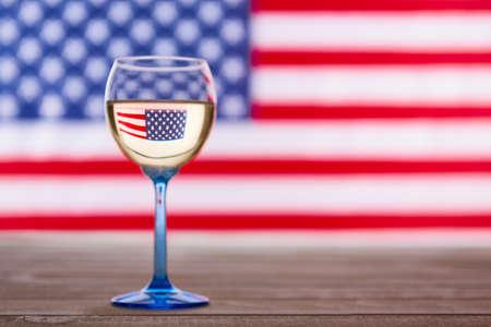 Photo pour American flag and glass of white wine, party concept - image libre de droit