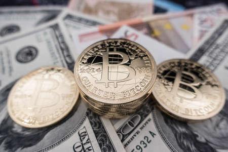 Foto de coins of bitcoin on dollar notes - Imagen libre de derechos