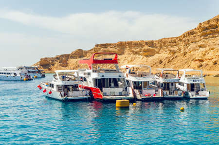 Foto de Sharm El Sheikh, Egypt May 08, 2019: Tourist pleasure boats in the harbor of Sharm El Sheikh - Imagen libre de derechos