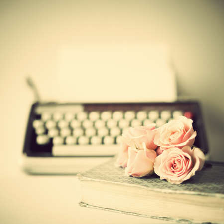 Photo pour Roses and vintage typewriter - image libre de droit