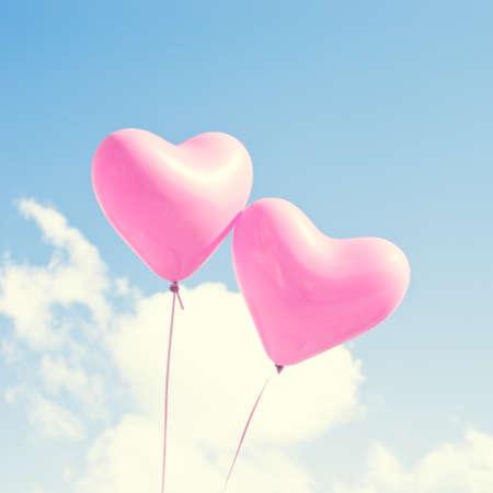 Foto de Two pink heartshaped balloons - Imagen libre de derechos