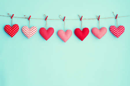 Photo pour Hanging stuffed hearts - image libre de droit