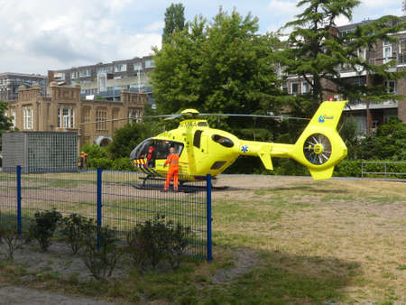 Foto de Rietland park, Amsterdam, the Netherlands -July 18 2018: emergency medical trauma helicopter lands in Amsterdam to attend victims of traffic accident - Imagen libre de derechos