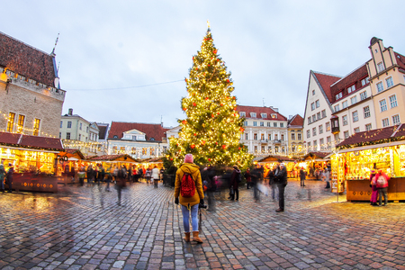 Photo pour Christmas Tree and Fair at the Town Hall Square (Tallinn) and looking man - image libre de droit