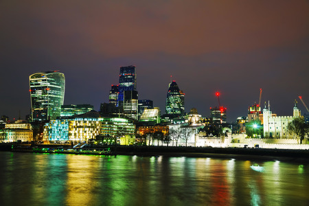 Photo pour Financial district of the City of London in the night - image libre de droit