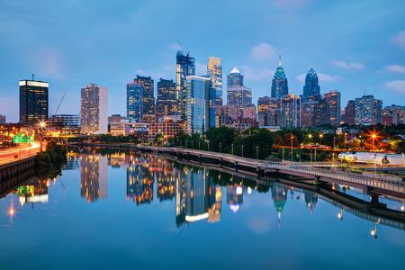 Photo pour Philadelphia cityscape at sunrise with the Delaware river - image libre de droit