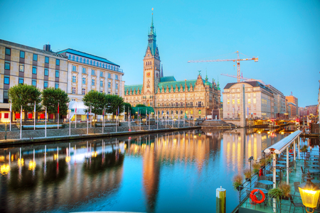 Photo pour Rathaus of Hamburg, Germany early in the morning - image libre de droit