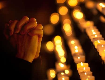 Photo pour Praying in catholic church. Religion concept. - image libre de droit