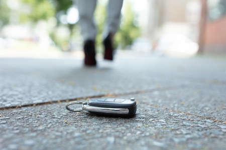 Foto de A Woman Walking After Losing Her Car Key On Street - Imagen libre de derechos