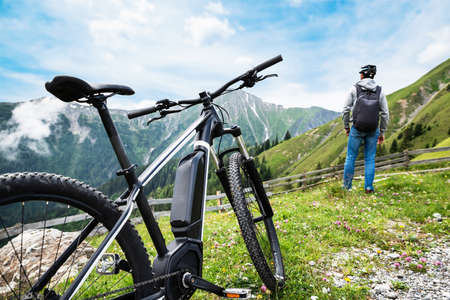 Foto de Man Enjoying Fantastic View After Finishing Uphill Mountain Track - Imagen libre de derechos