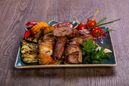 Photo pour Grilled plate mix assortment meat - image libre de droit