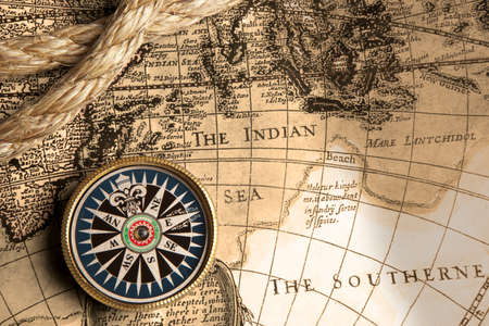 Photo pour Old compass and rope on vintage map - image libre de droit