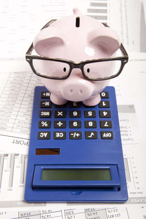 Photo pour Pink piggy bank and calculator - image libre de droit