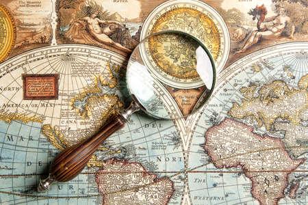 Photo pour Magnifying glass and ancient old map  - image libre de droit