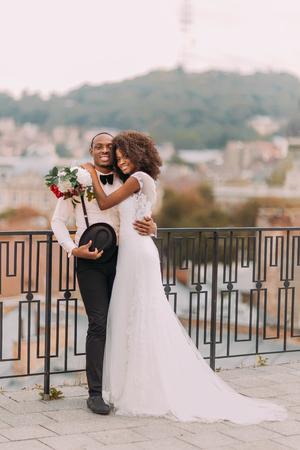 Photo pour Beautiful african wedding couple on their wedding day. - image libre de droit