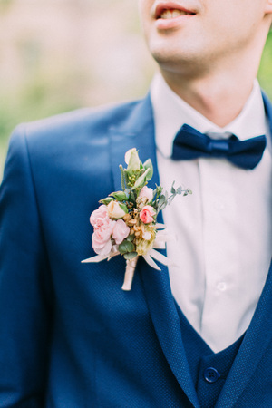 Photo pour The boutonniere of roses on the jacket of the groom. - image libre de droit