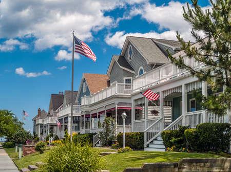 Foto de OCEAN GROVE, NEW JERSEY - JUNE 30 - Picturesque Victorian homes with well kept landscaping on June 30 2007 in Ocean Grove New Jersey. - Imagen libre de derechos
