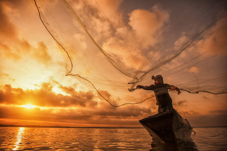 Foto de Fisherman of Bangpra Lake in action when fishing, Thailand - Imagen libre de derechos