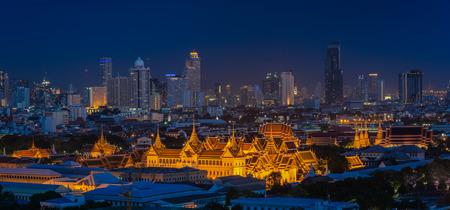 Foto de Grand palace at twilight in Bangkok, Thailand - Imagen libre de derechos