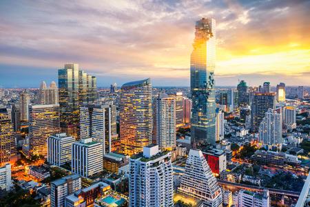 Foto de Bangkok city at sunset, Mahanakorn tower, Silom area, Bangkok, Thailand - Imagen libre de derechos