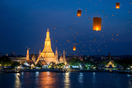 Foto de Wat Arun temple on night in Bangkok city with yeepeng float lantern background, this immage can use for Thailand travel and new year celebration in Thailand. - Imagen libre de derechos