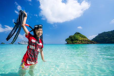 Photo pour Asian girl with diving equipement - image libre de droit