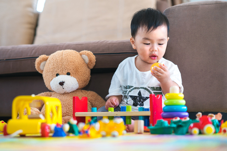 Photo pour Asian boy play a toy with teddy bear in lieving room, this immage can use for fun, toy, baby, education, home, family, child concept - image libre de droit