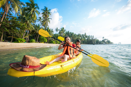 Foto de Asian kid to play Kayak on the beach on Koh Kood and Koh Mak, Koh Kood and Koh Mak is island on the sea of Thailand - Imagen libre de derechos