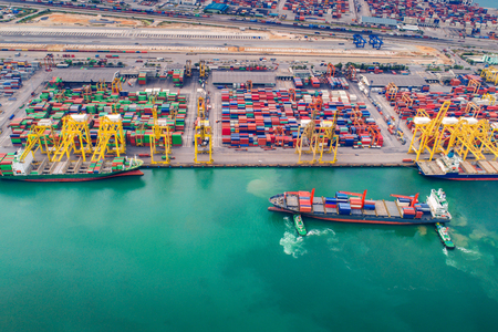 Foto de Container port and container ship transportation, Logistic hub in Singapore - Imagen libre de derechos