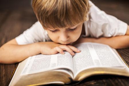Photo pour little boy studying the scriptures. - image libre de droit
