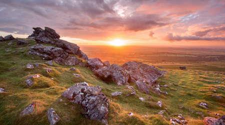 Photo pour sunset from sourton tor dartmoor devon uk - image libre de droit