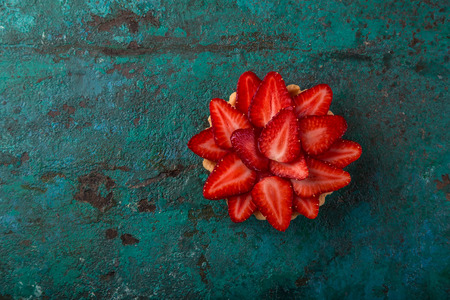 Foto de strawberry tartlet  on green background, top view, copy space - Imagen libre de derechos