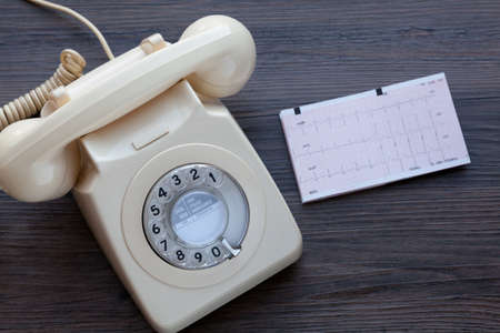 Foto de Old fashioned telephone together with an ecg print out - Imagen libre de derechos