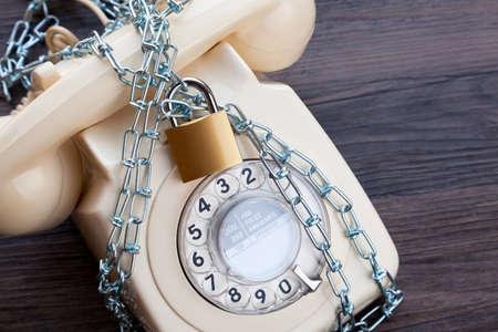 Foto de Vintage telephone with a padlock and chain - Imagen libre de derechos