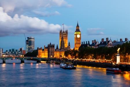 Photo pour Big Ben and Westminster Bridge in the Evening, London, United Kingdom - image libre de droit
