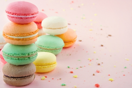 Photo pour Pile of colorful macaroons on pastel pink background with small crumbs - image libre de droit