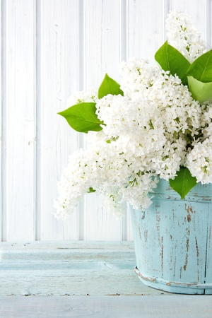 Photo pour Bouquet of white lilac spring flowers in a wooden blue vase on light shabby chic background - image libre de droit