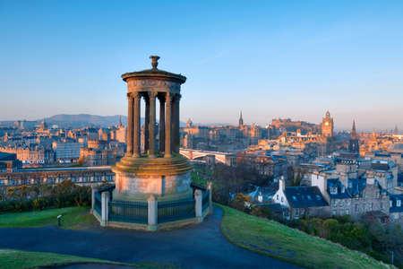 Photo pour Sunrise view across the city of Edinburgh from Calton Hill - image libre de droit