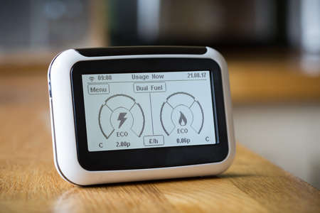 Foto de Smart Meter on a Kitchen Worktop Displaying Current Electricity and Gas Usage - Imagen libre de derechos