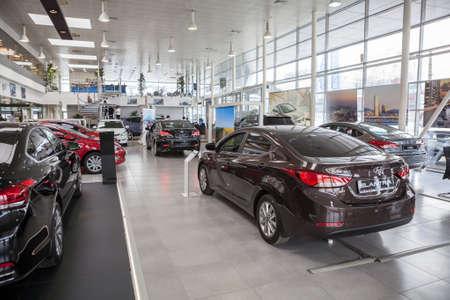 Photo pour ST. PETERSBURG, RUSSIA - CIRCA APR, 2015: Hyundai Elantra car stands in auto dealership showroom. The Rolf Lahta is a official dealer of Hyundai - image libre de droit