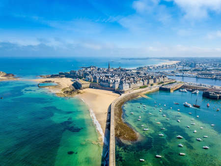 Photo pour Aerial view of the beautiful city of Privateers - Saint Malo in Brittany, France - image libre de droit