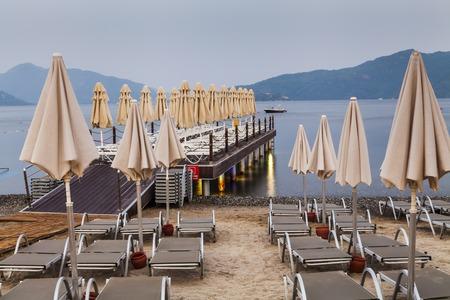 Foto de Evening view of the pier with sun loungers and parasols. - Imagen libre de derechos
