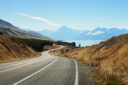 Photo pour Scenic Road to Mount Cook National Park, New Zealand - image libre de droit