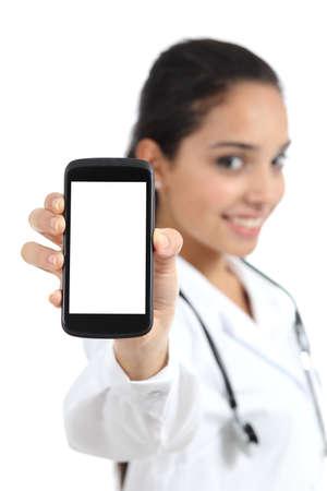 Foto de Beautiful female doctor showing a smart phone screen - Imagen libre de derechos