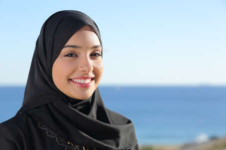 Photo pour Beautiful arab saudi woman face posing on the beach with the sea in the background                 - image libre de droit