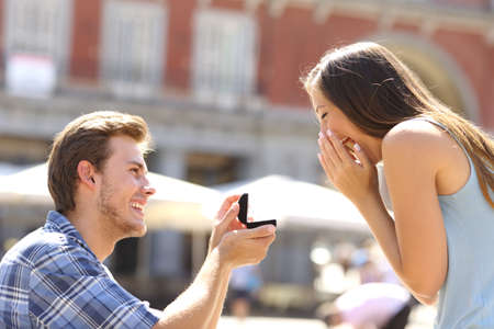 Foto für Proposal in the street with a man asking marry to his happy girlfriend - Lizenzfreies Bild
