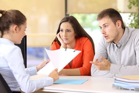 Foto de Sad couple with problems talking in a marriage counseling - Imagen libre de derechos